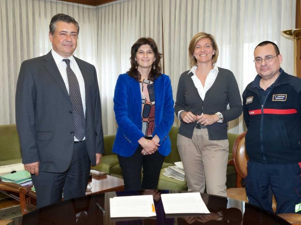 Momento de la firma del convenio para la nueva Uvi Movil del Cuerpo de Bomberos
