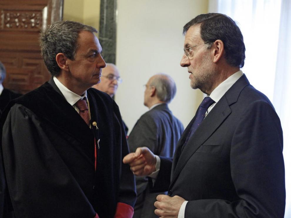 El jefe del Ejecutivo, Mariano Rajoy (d), conversa con José Luis Rodríguez Zapatero