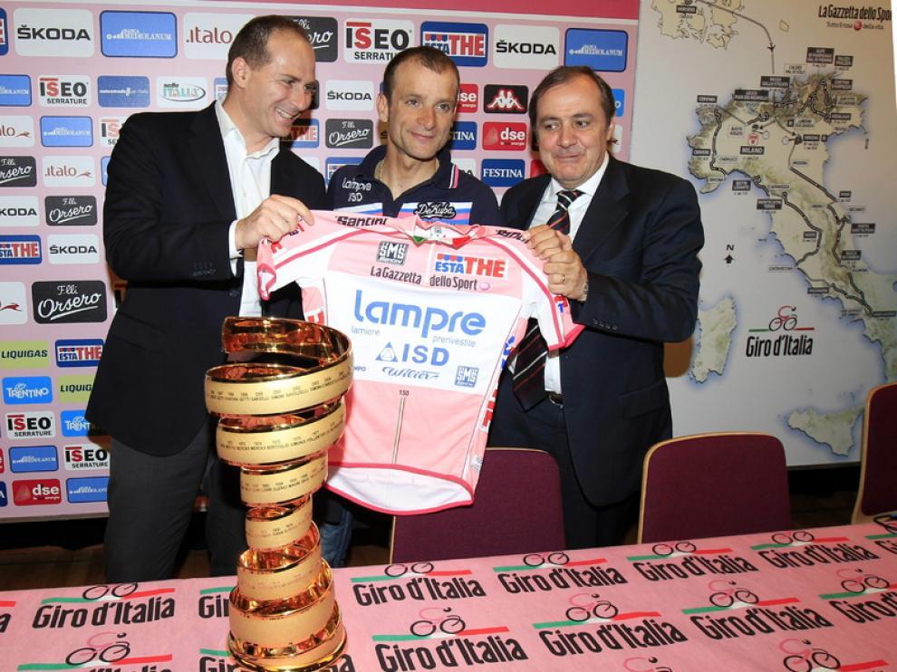 Scarponi ha recibido la maglia rosa del 2011 tras la descalificación de Contador