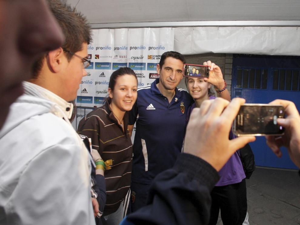 Jiménez fotografiándose con los aficionados