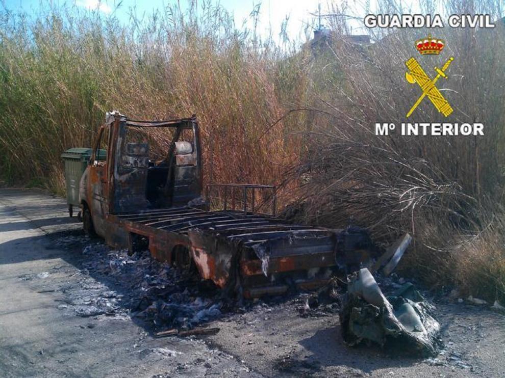Estado en que quedó uno de los vehículos quemados