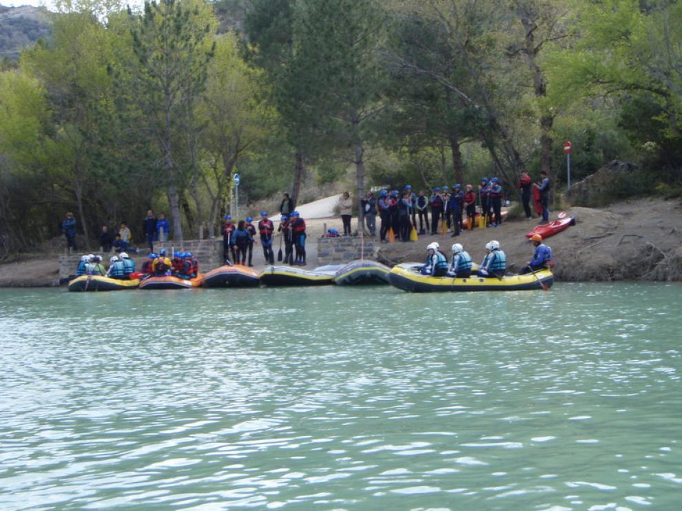 Un grupo se prepara para bajar por el Gállego