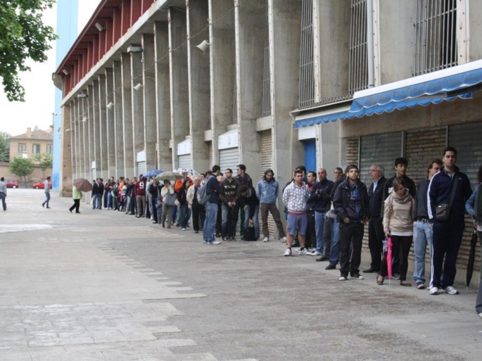Aficionados del Real Zaragoza comprando entradas