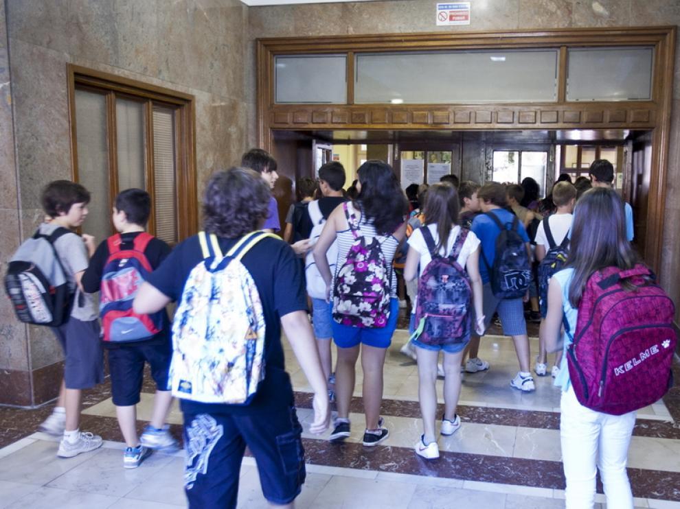 Los alumnos entran a un instituto zaragozano