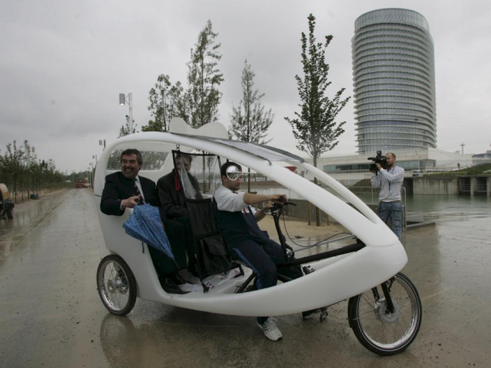 Belloch e Iglesias viajan en un Gotaxi en el recinto Expo