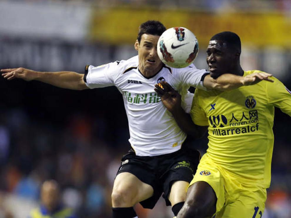 El delantero del Valencia, Aritz Aduriz, pelea por el balón con el defensa colombiano del Villarreal.