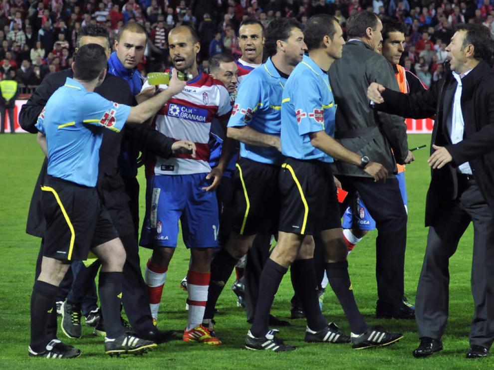 Los jugadores del Granada protestan a Clos Gómez