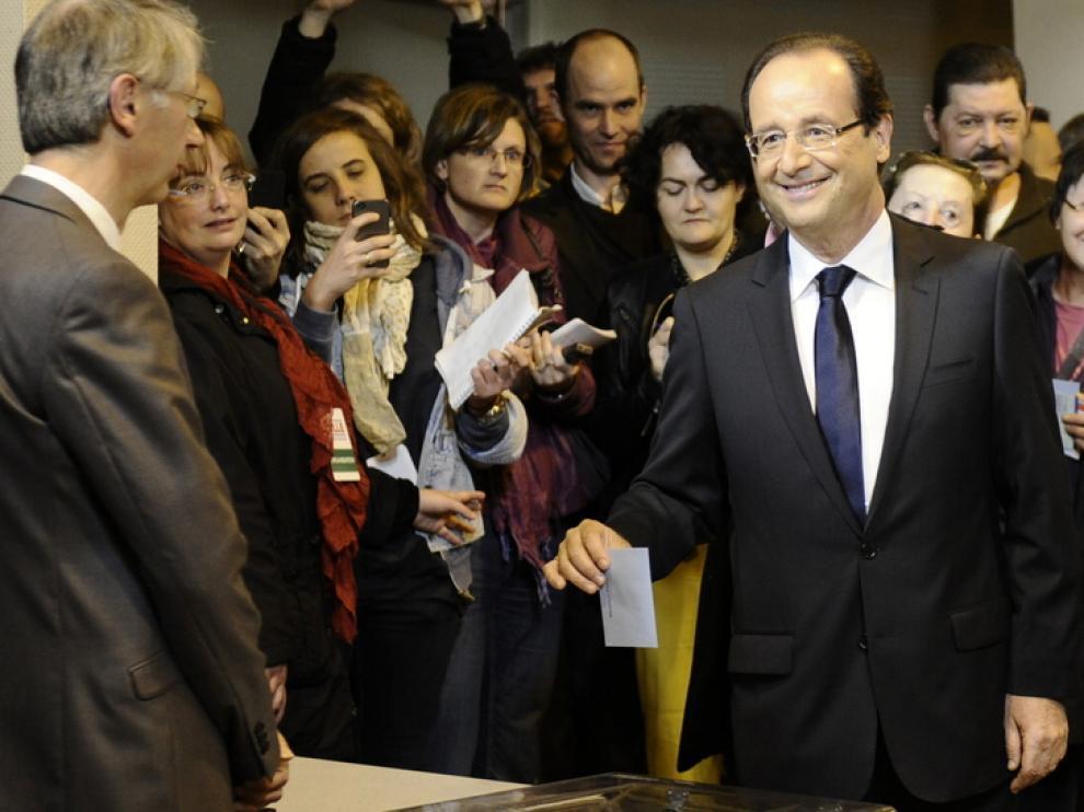 Hollande introduce su papeleta en la urna