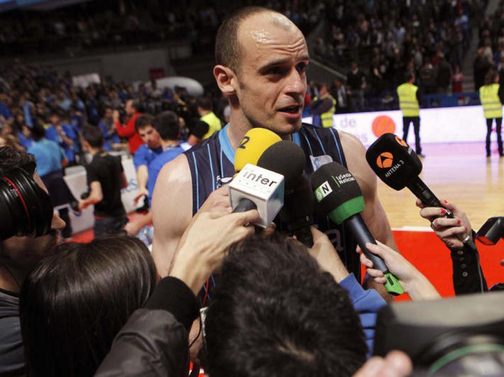 Carlos Jiménez atiende a los medios tras consumarse el descenso