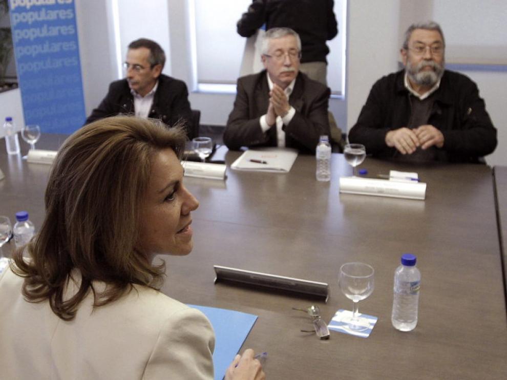 Mario Dolores de Cospedal frente a los secretarios generales de UGT y CCOO.