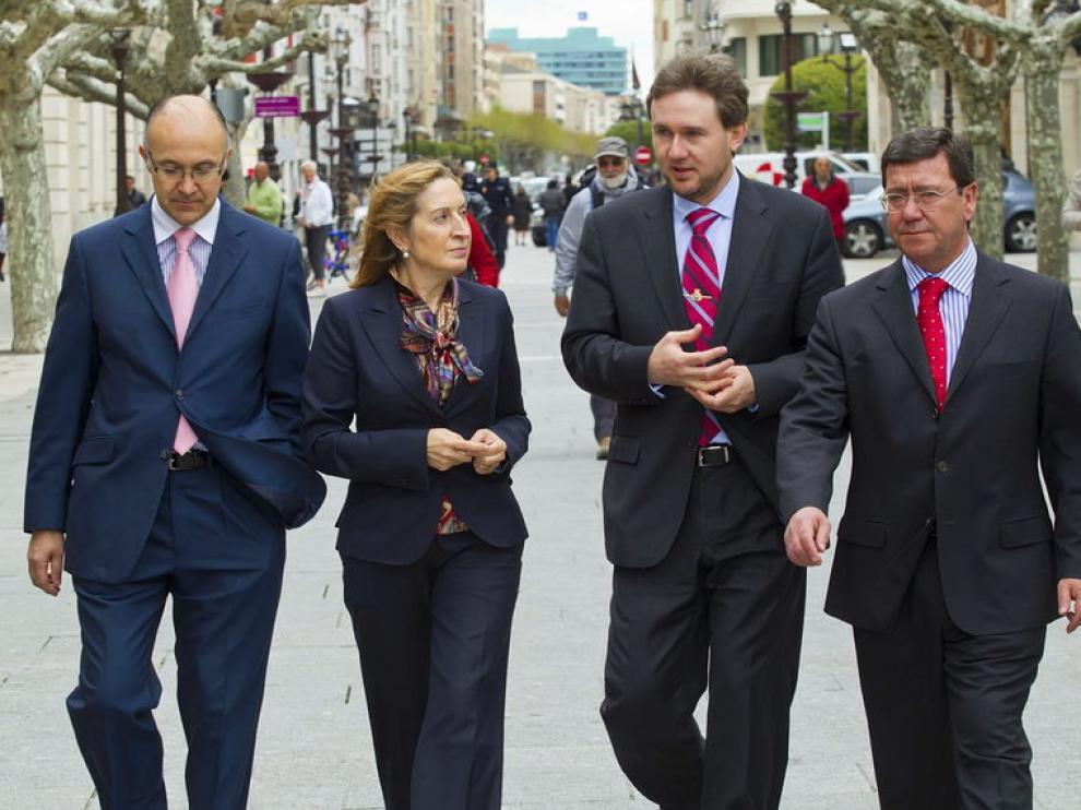 El delegado del Gobierno en Castilla y León, Ramiro Ruiz (i), la ministra de Fomento, Ana Pastor, el alcalde de la capital burgalesa, Javier Lacalle