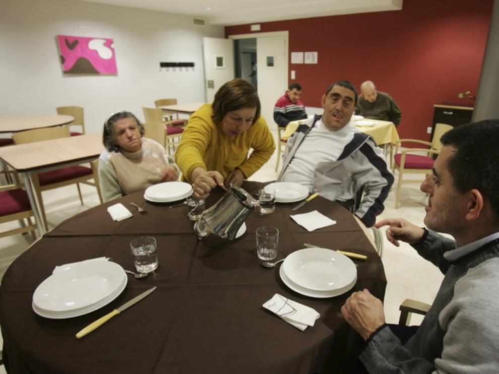 Varias personas, en una residencia de Atades.