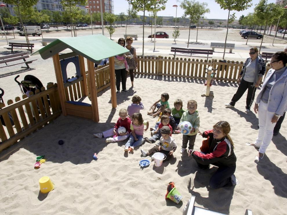 Varias madres cuidan a sus hijos en un parque