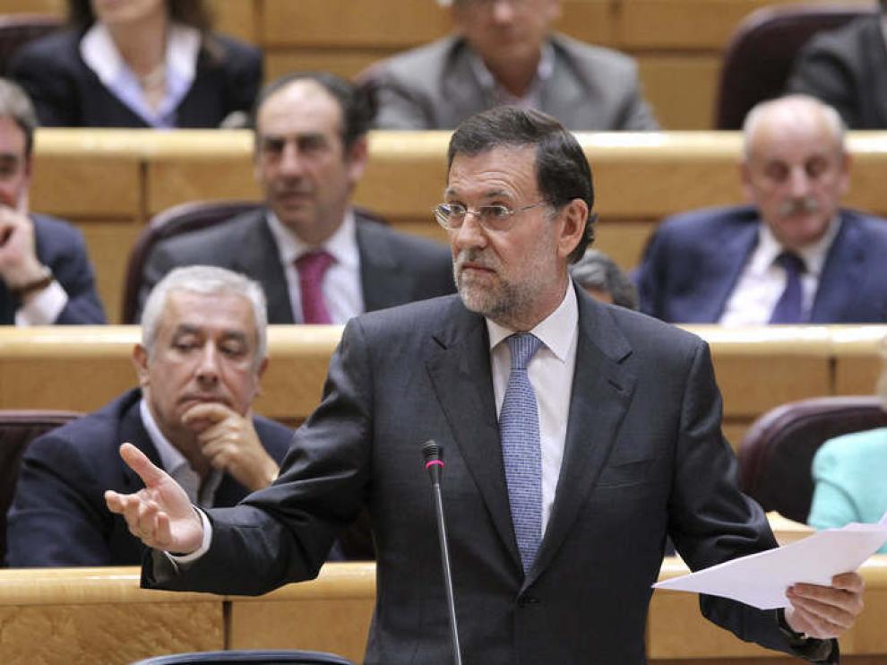 Mariano Rajoy responde a una de las preguntas de la oposición desde su escaño, en el pleno del Senado.