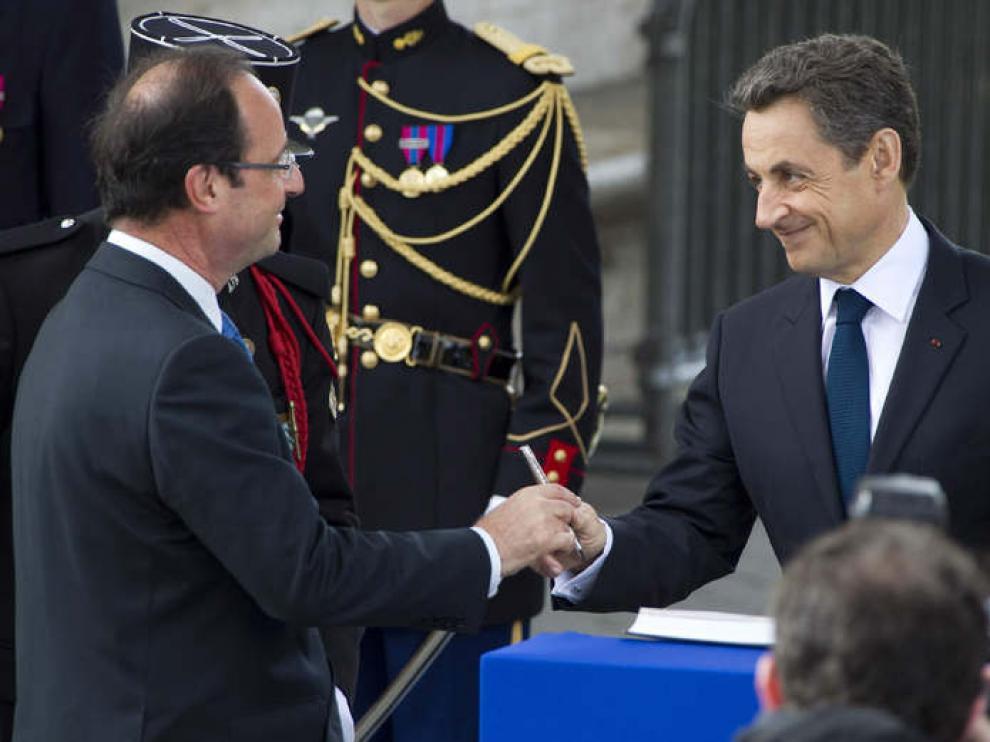 Saludo entre Sarkozy y Hollande en París