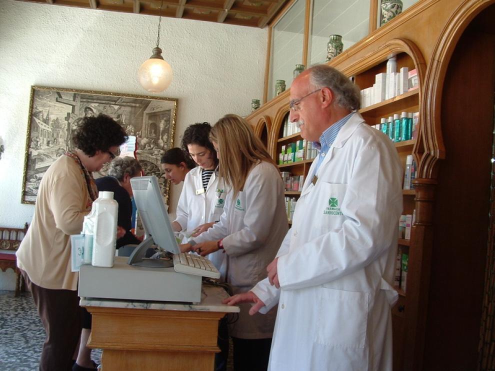 La farmacia de José Antonio Vicente, que aparece en primer término, comenzó a expedir las nuevas recetas desde primera hora de la mañana