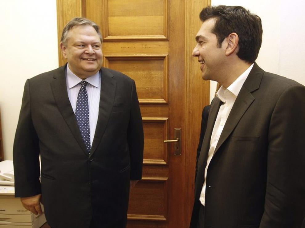El líder de la coalición de izquierda, Alexis Tsipras, habla con el líder del PASOK, Evangelos Venizelos.
