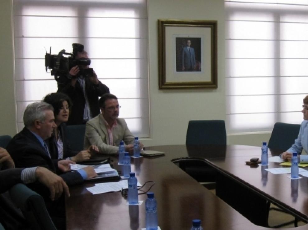 Modesto Lobón y Pilar Molinero durante la reunión con las afectados por la mina de Borobia
