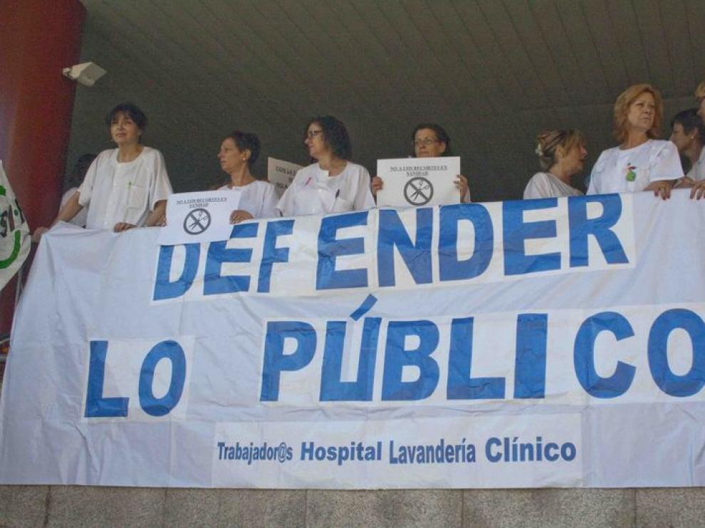Protestas contra los recortes en Sanidad en el Hospital Clínico