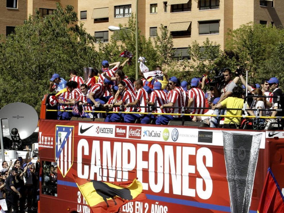 Cientos de aficionados animan a los jugadores del Atlético de Madrid