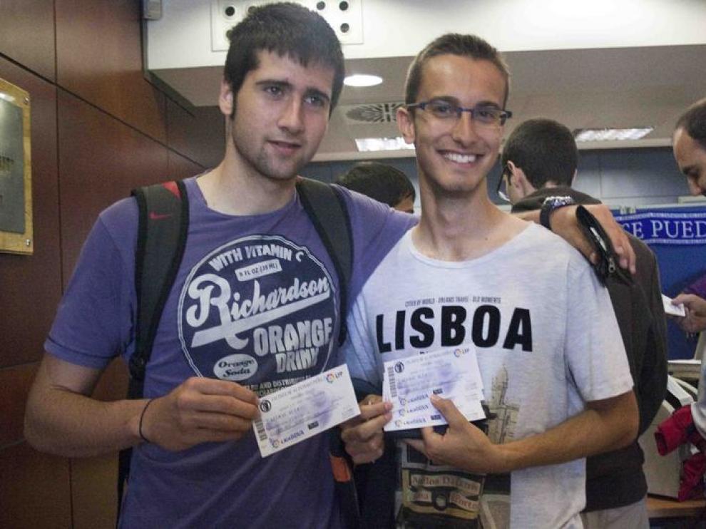 Dos aficionados con entradas para el partido