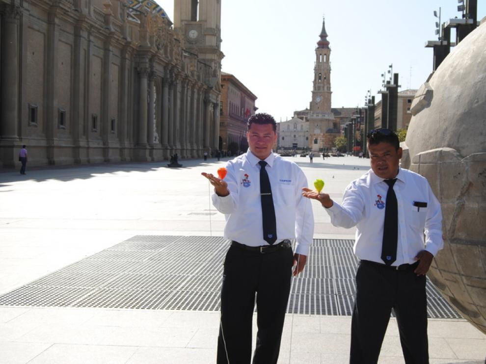 Omar y René, en la plaza del Pilar