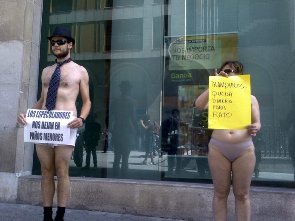 Dos miembros de la protesta en ropa interior