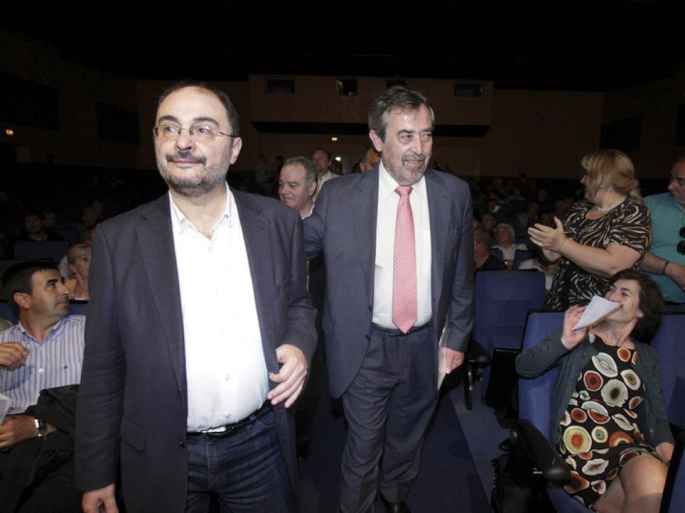El líder del PSOE junto al alcalde de Zaragoza en un encuentro con alcaldes.