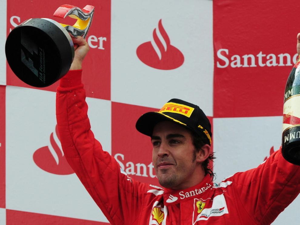 Alonso en el segundo escalón del podio en Montmeló