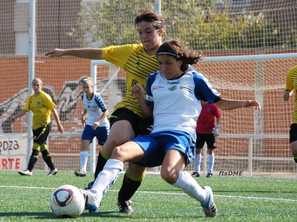 Ana Borges disputa un balón durante un partido