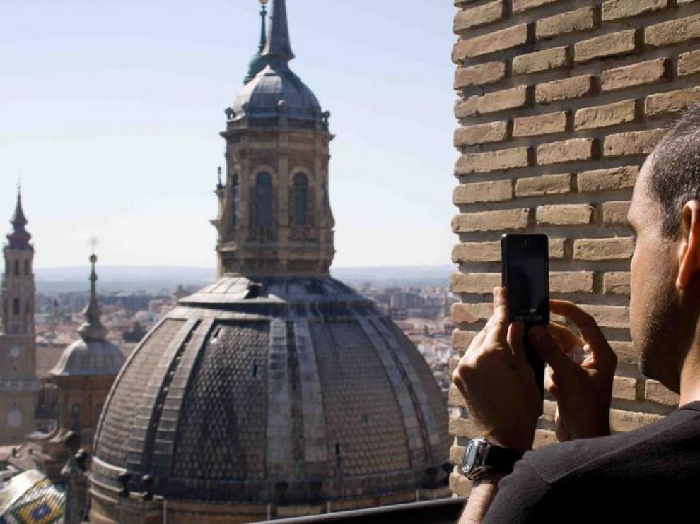 Un turista, en la torre del Pilar