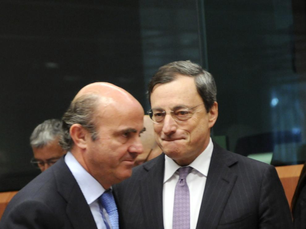 De Guindos junto a Mario Draghi en el Eurogrupo