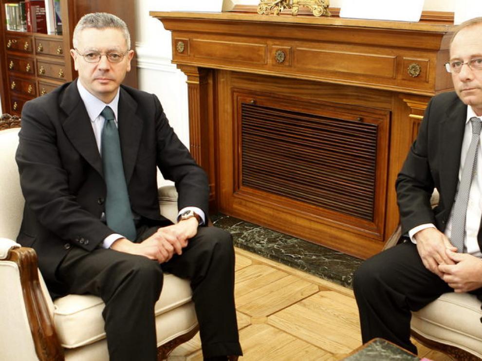 Alberto Ruiz Gallardón, junto al padre de Marta del Castillo, Antonio del Castillo