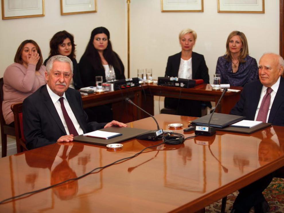 El presidente griego Karolos Papoulias (d) conversa con el líder del Partido Democrático, Fotis Kouyelis.