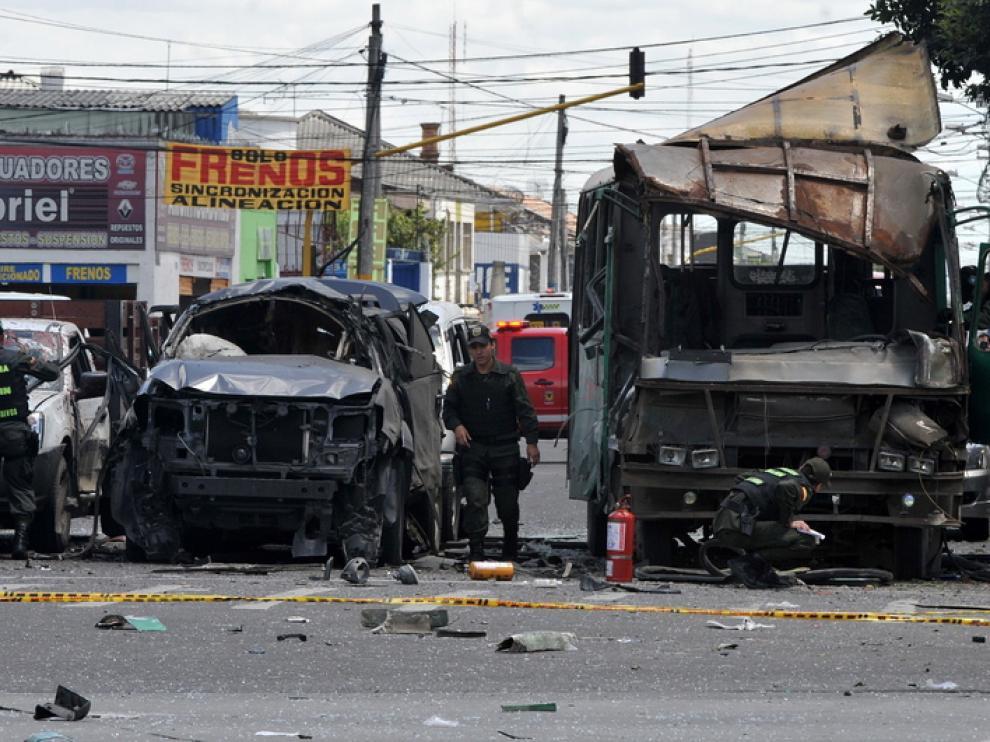 El autobús, en el que supuestamente se colocó el explosivo, está totalmente destrozado