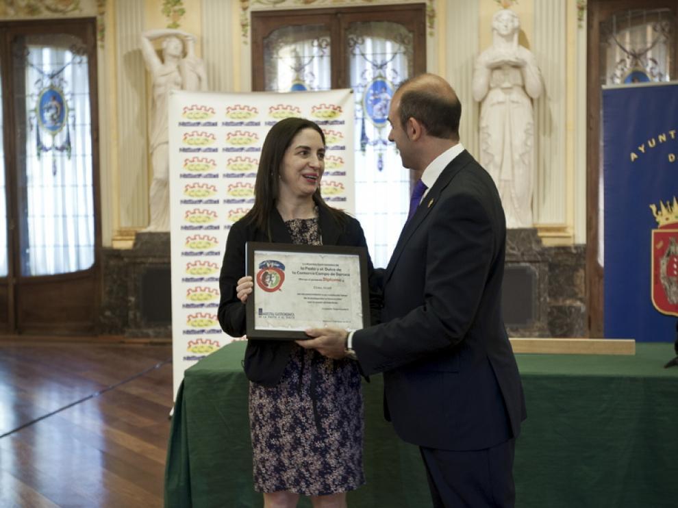 Elena Arzak recibiendo el premio gastronómico de la Comarca de Daroca