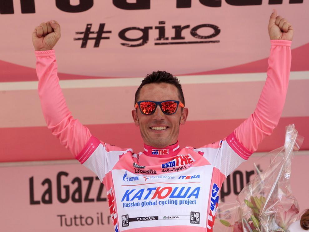Purito Rodríguez celebra su liderato en el podio tras la novena jornada