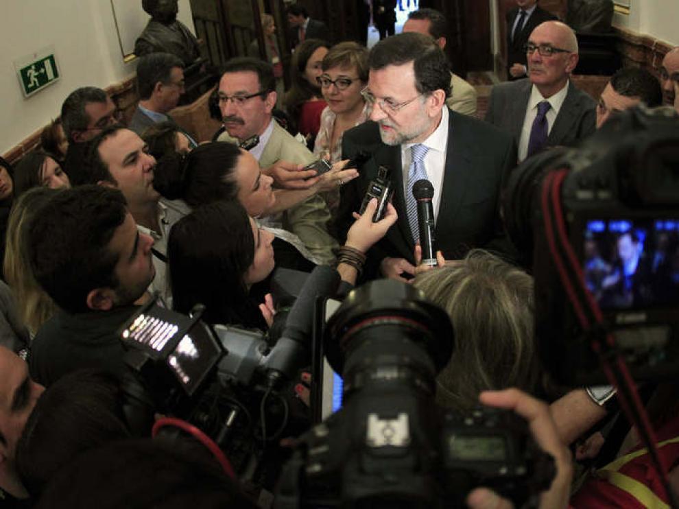 Rajoy, ante los medios, en los pasillos del Congreso