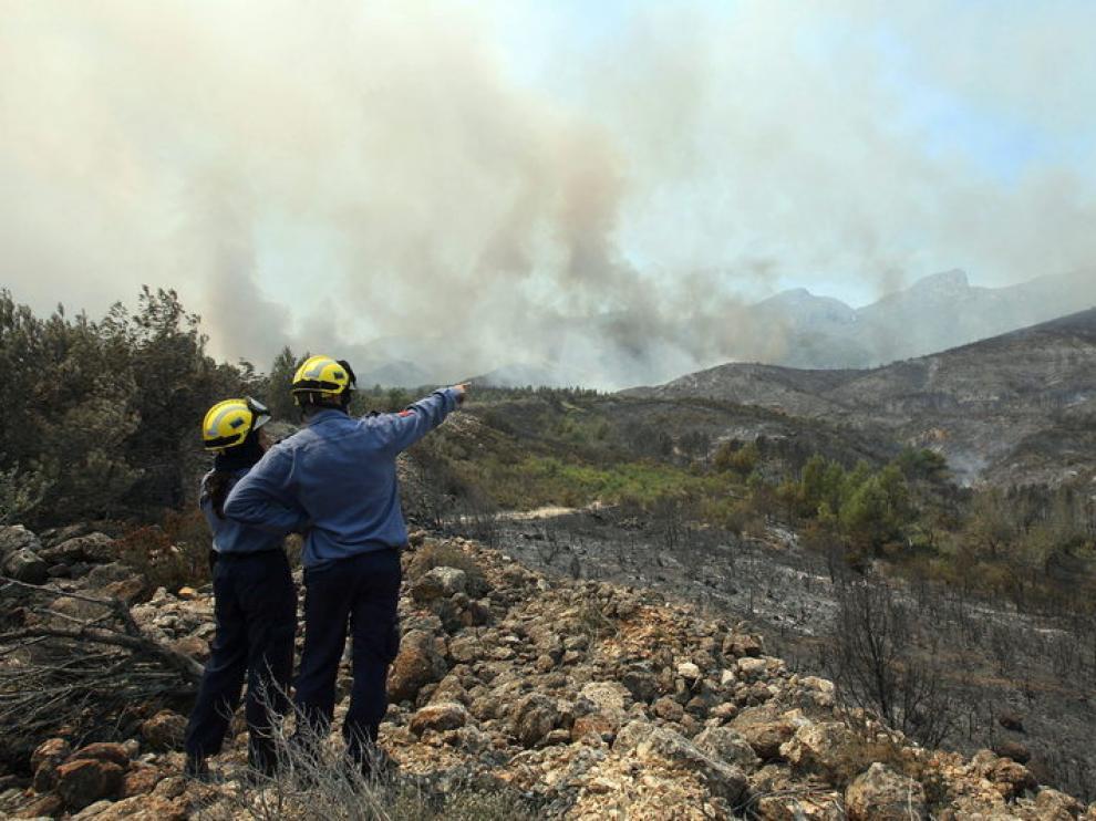 Los bomberos tratan de controlar el fuego en Tarragona