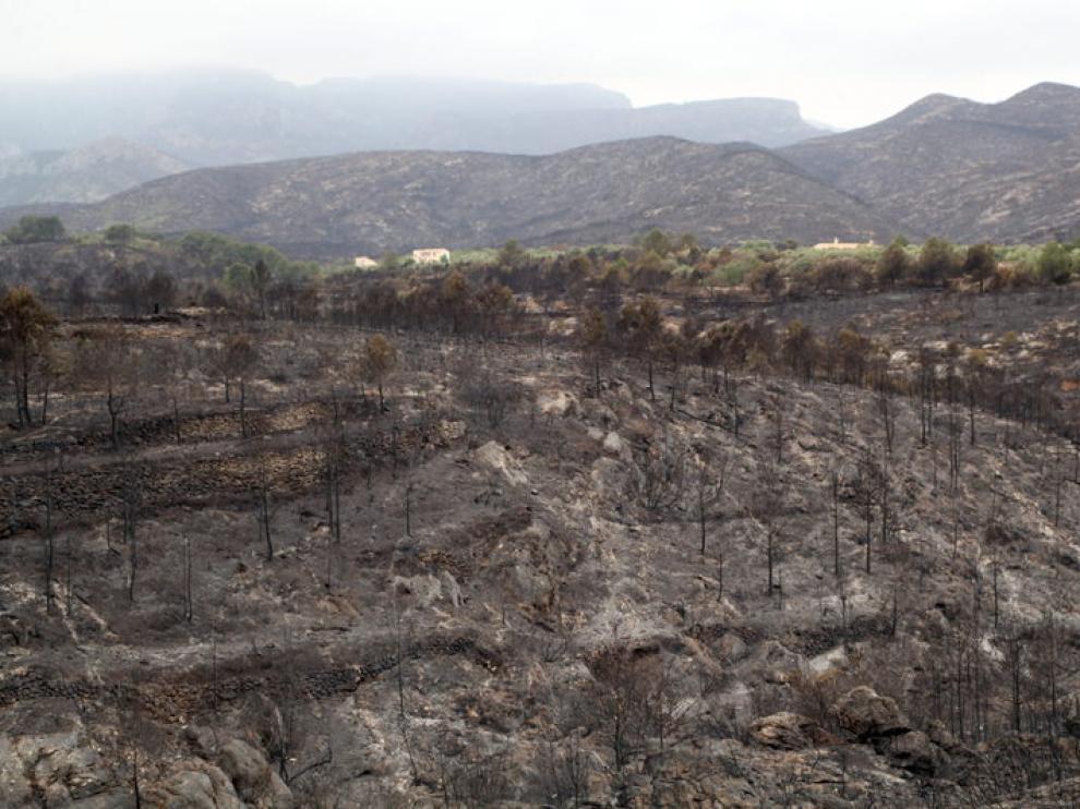 El mal tiempo dificulta las labores de extinción del incendio de Rasquera