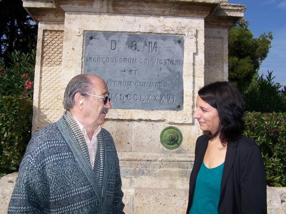 Leticia Crespo junto a un vecino del barrio, al lado de la fuente