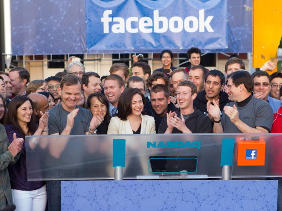 El fundador de Facebook toca la campana desde California