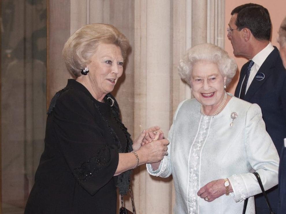 Isabel II es felicitada por Beatriz de Holanda