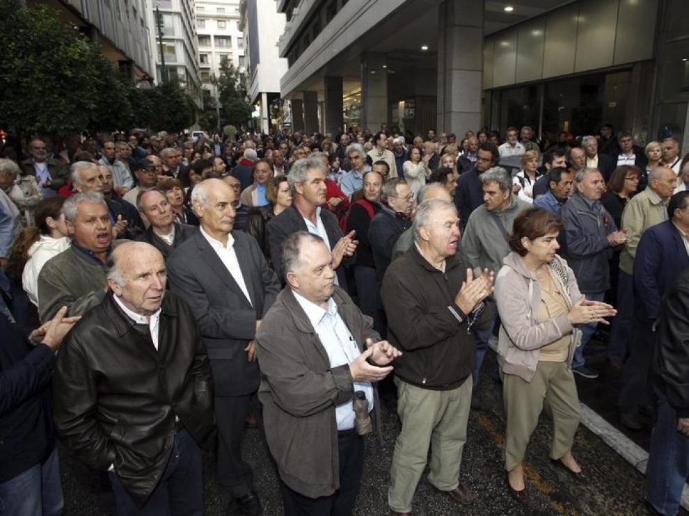 Ciudadanos griegos protestan frente al ministerio de Finanzas en Atenas