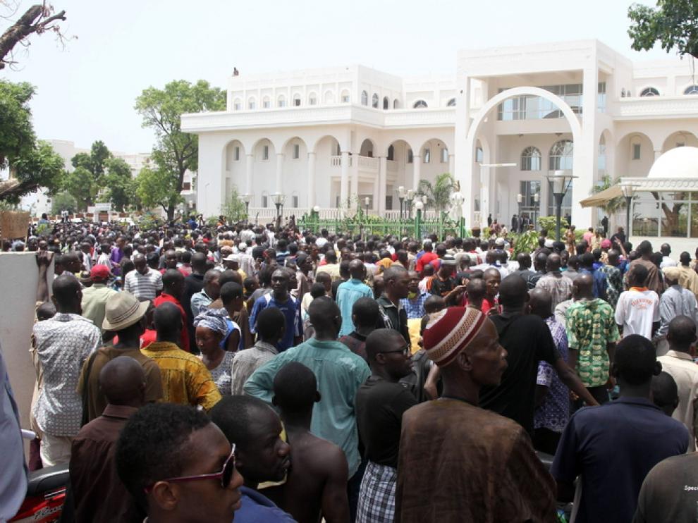 El palacio presidencial de Bamako rodeado por la multitud