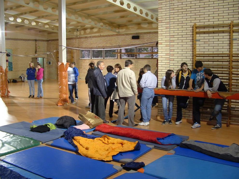 Gimnasio del IES Lucas Mallada de Huesca, donde tiene lugar esta noche uno de los encierros convocados.