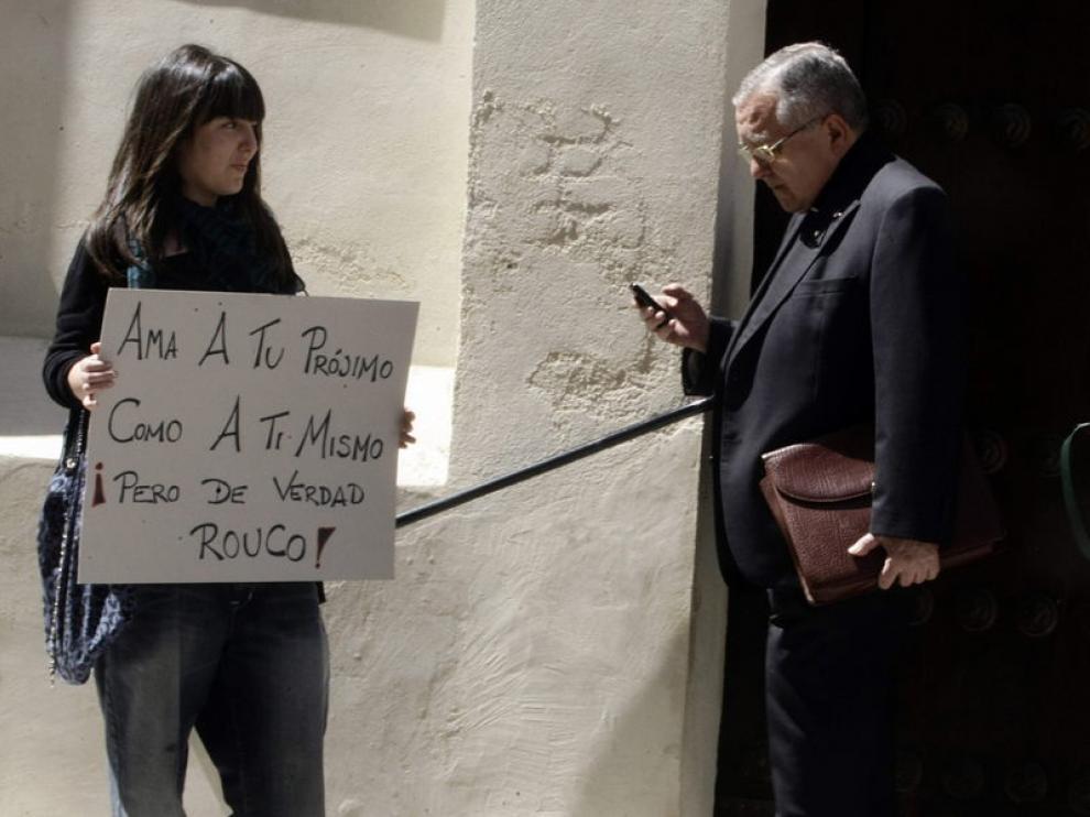 Una indignada del 15M espera a la salida de la conferencia del cardenal Rouco Varela.