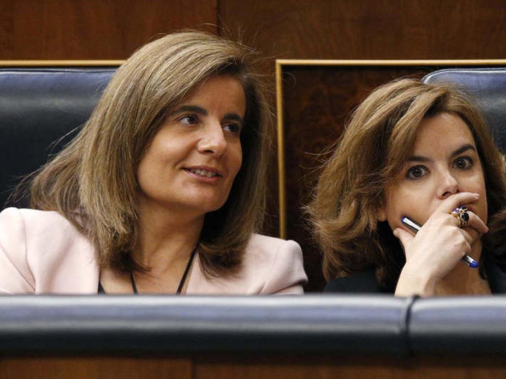 Fátima Báñez, ministra de Empleo, junto a Soraya Sáenz de Santamaría