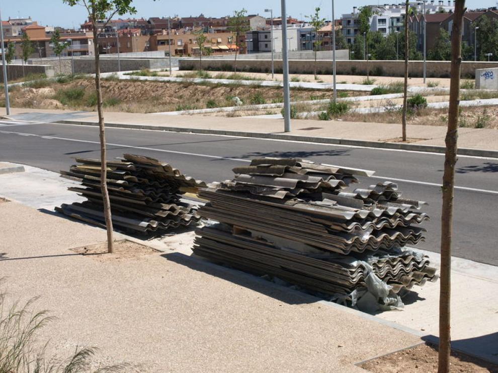 Uralita abandonada en la calle Andrómeda