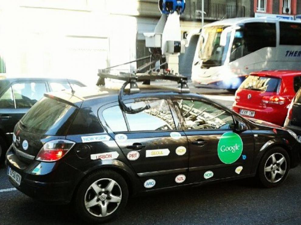 El coche de Google fotografiado en la calle de Anselmo Clavé
